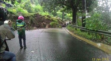 Hujan deras di wilayah Cianjur menyebabkan longsor di jalur Puncak Desa Cibeureum, Cianjur, Rabu (13/1/2016). Akibat longsor tersebut kendaraan yang akan menuju Cianjur atau Bandung dialihkan melalui Sukabumi atau Jonggol (Twitter/@Rikzamaulana)