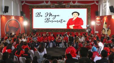 Ketum PDIP, Megawati Soekarnoputri saat berdialog dengan elemen muda di DPP PDIP, Jakarta, Senin (7/1). Megawati bercerita tentang pengalaman hidup sebagai Ketum Partai dan Sebagai anak sosok seorang Proklamator Ir. Soekarno. (Liputan6.com/Johan Tallo)