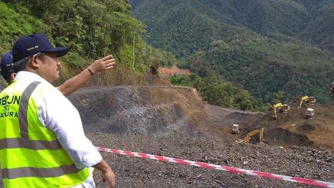 Kepala Balai Besar Pembangunan Jalan Nasional Wilayah XVIII, Osman Marbun mengecek penuruan tingkat kecuraman jalan Trans Papua. (Liputan6.com/Katharina Janur)
