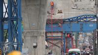 Pekerja menyelesaikan proyek Jalan layang Ciledug-Tendean di Jakarta, (28/1). Pembangunan 225 proyek infrastruktur strategis dengan segala fasilitas perizinan dan perlindungan anti-kriminalisasi, dapat dimulai sebelum 2019. (Liputan6.Com/Angga Yuniar)