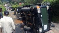Kecelakaan tunggal terjadi di jalur Puncak, Bogor, Jawa Barat, Selasa (2/4/2019) siang dan menyebabkan 17 siwa SMK luka