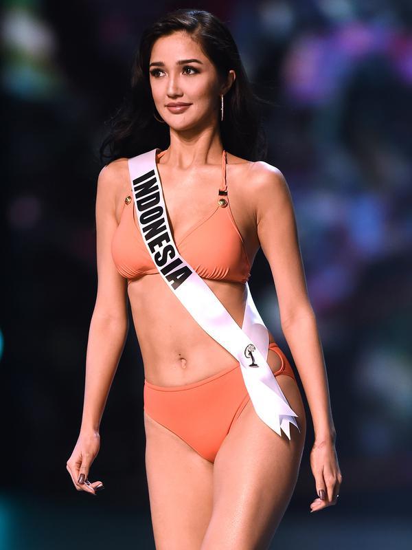 Miss Indonesia, Sonia Fergina Citra tampil dalam balutan baju renang dalam preliminary competition ajang Miss Universe 2018 di Bangkok, Thailand, Kamis (13/12). Tahun ini Miss Unverse memasuki penyelenggaraan tahun ke-67. (Lillian SUWANRUMPHA / AFP)
