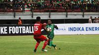 Ferinando Pahabol mencetak gol penyeimbang saat Persebaya diimbangi PS TNI (Liputan6.com/ Dimas Angga P)
