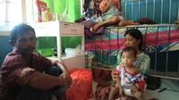 Budi bersama ayah, ibu dan kakaknya ketika menjalani perawatan di RSUD Kota Kendari (Ahmad Akbar Fua/Liputan6.com)