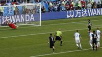 Kiper Islandia, Hannes Halldorsson, menepis penalti bintang Argentina, Lionel Messi,  pada laga Grup D Piala Dunia di Stadion Spartak, Moskow, Sabtu (16/6/2018). Islandia bermain imbang 1-1 dengan Argentina. (AP/Rebecca Blackwell)