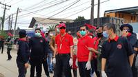 Menkumham sekaligus kader PDI Perjuangan Yasonna Laoly ikut bersihkan Kali Dadap dalam rangkat HUT partai bermoncong putih itu. (Liputan6.com/Pramita Tristiwati)