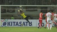 Kiper Persija Jakarta, Daryono, menghalau bola saat melawan Persipura Jayapura pada laga Liga 1 di Stadion Pakansari, Bogor, Jumat (25/5/2018). (Bola.com/Nicklas Hanoatubun)