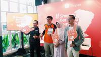 Tim dari ACT, Rumah Zakat, dan Dompet Dhuafa berfoto bersama Rezki Yanuar selaku Country Brand Manager Shopee.