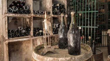 """Dua botol anggur """"Vin Jaune"""" tahun 1774 terlihat di Arbois, Perancis timur (22/5). Tiga botol anggur produksi tahun 1774 akan dijual pada 26 Mei 2018, selama lelang. (AFP Photo/Sebastian Bozon)"""