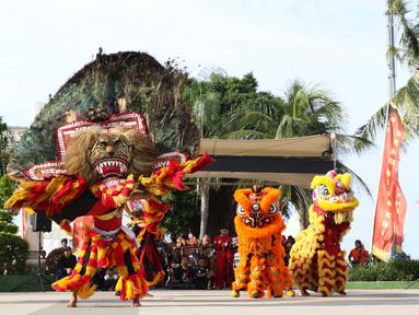 Penari Reog Ponorogo dan Barongsai beraksi bersama di Pantai Lagoon, Ancol, Jakarta, Sabtu (2/2). Untuk menyambut perayaan Imlek 2570, pengelola menampilkan Ancol Imlek Festival 2570. (Liputan6.com/Helmi Fithriansyah)
