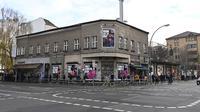 Orang-orang antre untuk melakukan tes usap (swab test) COVID-19 di luar kelab malam KitKatClub yang legendaris di Berlin, Jerman, Jumat (4/12/2020). Ditutup selama delapan bulan terakhir karena pembatasan virus corona, kelab malam itu diubah menjadi pusat pengujian Covid-19. (Tobias SCHWARZ/AFP)