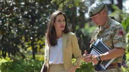 Utusan Khusus UNHCR Angelina Jolie berbicara dengan Komandan Tim Dukungan Perdamaian Inggris Afrika Timur (BPST-EA), Kolonel Richard Leakey saat tiba di Pusat Pelatihan Dukungan Perdamaian Internasional di Nairobi, Kenya, (20/6). (AFP Photo/Simon Maina)
