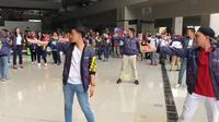 Para atlet internasional yang berlaga di Asian Games bersama karyawan Bandara Soekarno Hatta melakukan flash mob Asian Games. (Angkasa Pura 2)