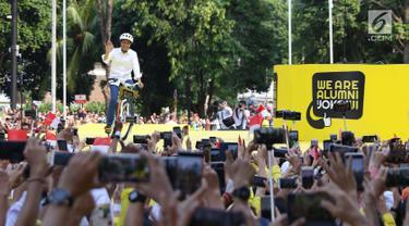 Calon presiden nomor urut 01, Joko Widodo menyapa pendukungnya saat menghadiri Deklarasi Alumni UI untuk Jokowi-Amin di Plaza Tenggara GBK, Jakarta, Sabtu (12/1). Deklarasi dihadiri perwakilan alumni dari berbagai kampus. (Liputan6.com/Helmi Fithriansyah)