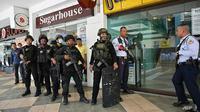 Walikota bagian Manila mengatakan kepada wartawan bahwa seorang penjaga keamanan menahan hingga 30 orang di kantor administrasi dan telah menembak setidaknya satu orang. (Foto: AFP / Ted Aljibe)