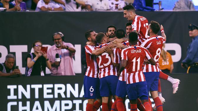 Para pemain Atletico Madrid merayakan gol Diego Costa yang mencetak empat gol ke gawang Real Madrid pada laga ICC 2019. (AFP/Johannes Eisele)