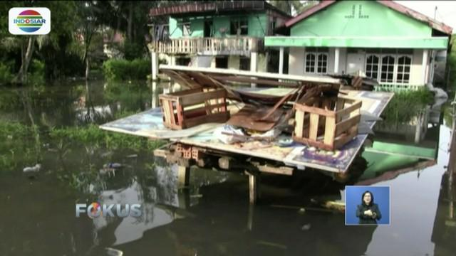 Curah hujan yang tinggi mengakibatkan Kelurahan Dua Ilir, Palembang, terendam banjir.