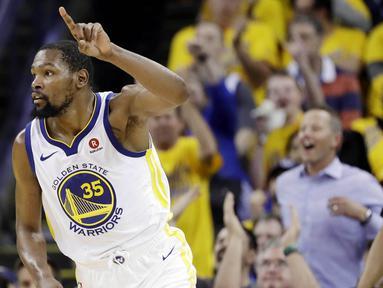 Pebasket Golden State Warriors, Kevin Durant, melakukan selebrasi saat melawan Cleveland Cavaliers pada Gim 1 Final NBA di Oracle Arena, Jumat (1/6/2018). Kevin Durant terpilih sebagai pemain terbaik Final NBA 2018. (AP/Marcio Jose Sanchez)