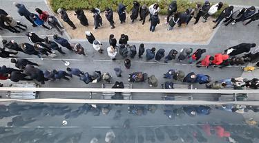 Warga mengantre untuk membeli masker di luar sebuah supermarket di Seoul, Korea Selatan, Rabu (4/3/2020). Hingga saat ini tercatat infeksi virus corona atau COVID-19 di Korea Selatan telah menembus 5.328 kasus. (Jung Yeon-je/AFP)