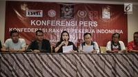 Ketum Konfederasi Rakyat Pekerja Indonesia (KRPI), Rieke Diah Pitaloka menyampaikan maklumat untuk Presiden Jokowi dalam konferensi pers di Jakarta, Minggu (29/4). Maklumat itu dinamakan 'Panca Maklumat Rakyat Pekerja'. (Liputan6.com/Faizal Fanani)