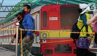 Calon penumpang KRL Commuterline mengenakan masker saat di area pedestrian Stasiun Terpadu Tanah Abang, Jakarta, Kamis (27/8/2020). Guna menekan penyebaran Covid-19, aparat terkait terus menghimbau pentingnya menaati protokol kesehatan. (Liputan6.com/Helmi Fithriansyah)