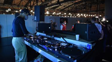 FOTO: DJ Iringi Vaksinasi Virus Corona COVID-19 di Berlin