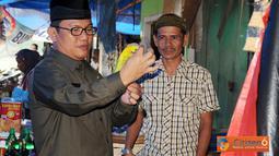 Penjabat Bupati Tulang Bawang Barat Hanan A Rozak meninjau harga dan ketersedian bahan sembako menjelang Hari Raya Idul Fitri, di Pasar Mulya Asri, Kecamatan Tulang Bawang Tengah, Rabu (24/08).