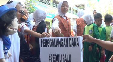 Para siswa SD menyumbangkan uang untuk para korban gempa Palu, salah satunya bahkan rela memberikan sebuah celengan berisi uang saku.