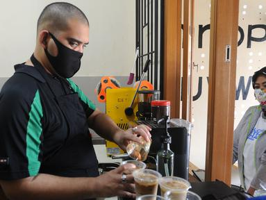 Ahmad Hilmy Almusawa, pemuda 22 tahun penyandang tunanetra meracik kopi pesanan pelanggan di Mata Hati Koffie di Jalan Cabe, Pondok Cabe Ilir, Pamulang, Tangerang Selatan, Banten, Selasa (21/7/2020). (merdeka.com/Arie Basuki)