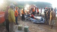 Foto: Tim SAR gabungan saat mengevaluasi korban tenggelam (Liputan6.com/Ola Keda)