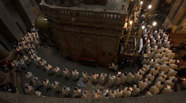Para imam mengelilingi Makam Kudus pada misa Kamis Putih yang dipimpin oleh Patriark Latin di Kota Tua Yerusalem, Kamis (1/4/2021). Kamis Putih adalah hari Kamis sebelum Paskah dimana umat Kristen memiliki tradisi memperingati Perjamuan Malam terakhir yang dipimpin Yesus. (AP Photo/Maya Alleruzzo)