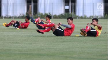 Pemain timnas Laos melakukan pemanasan jelang latihan resmi babak penyisihan sepak bola grup A Asian Games 2018 di Lapangan B, Kompleks GBK, Jakarta, Kamis (16/8). Laos akan menantang timnas Indonesia, Jumat (17/8). (Liputan6.com/Helmi Fithriansyah)