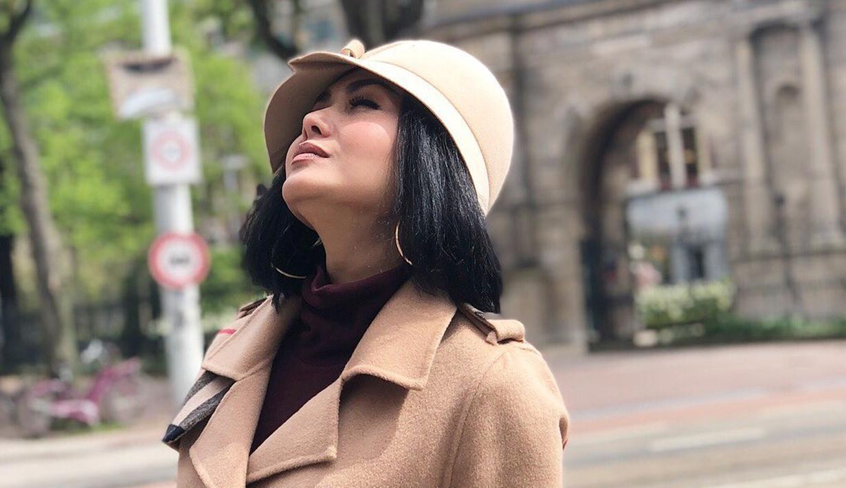 Yuni Shara merupakan salah satu artis populer di Tanah Air. Bakat menyanyinya sudah terlihat sejak masih kecil. Ia pernah mengikuti berbagai perlombaan menyanyi sejak duduk di bangku sekolah dasar.  (Liputan6.com/IG/@yunishara36)