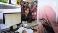 Menkeu Sri Mulyani Indrawati meninjau kegiatan pelaporan SPT pajak penghasilan (PPh) di kantor pelayanan Pajak, Jakarta, Jumat (29/3). Sri Mulyani mengecek langsung proses laporan SPT dengan batas pelaporan SPT untuk orang pribadi adalah per 31 Maret 2019. (Liputan6.com/Angga Yuniar)