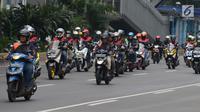 Komunitas motor melakukan konvoi dalam kegiatan Millennial Road Safety Festival di Jalan Sudirman, Jakarta, Sabtu (16/3). Kegiatan itu bentuk kampanye keselamatan berlalu lintas pada anak-anak  muda dengan cara mengemudi tertib. (merdeka.com/Imam Buhori)