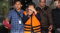 Eselon 1 BPK Rochmadi Saptogiri usai di tetapkan sebagai tersangka oleh KPK keluar dari gedung KPK, Jakarta, Sabtu (27/5). (Liputan6.com/Angga Yuniar)