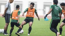 Pemain Timnas Indonesia, Andik Vermansah, mengontrol bola saat latihan di Stadion Wibawa Mukti, Jawa Barat, Selasa (6/11). Latihan ini merupakan persiapan jelang Piala AFF 2018. (Bola.com/Vitalis Yogi Trisna)