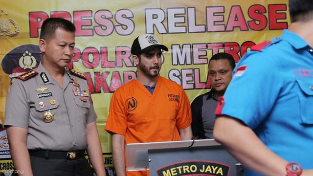 Fachri Albar ditangkap dengan barang bukti narkoba jenis sabu dan alat narkoba lainnya.