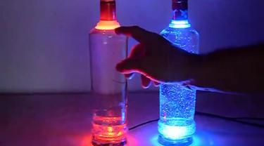 Begini caranya membuat lampu dengan mendaur ulang botol-botol.