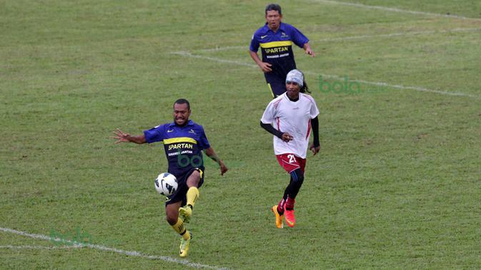 Erol Iba (kiri) dan Rocky Putiray beraksi pda ajang Indonesia Allstars melwan Padang Allstars pada pembukaan Irman Gusman Cup 2016 di Stadiom Agus Salim, Padang, Minggu (13/3/2016). (Bola.com/Nicklas Hanoatubun)