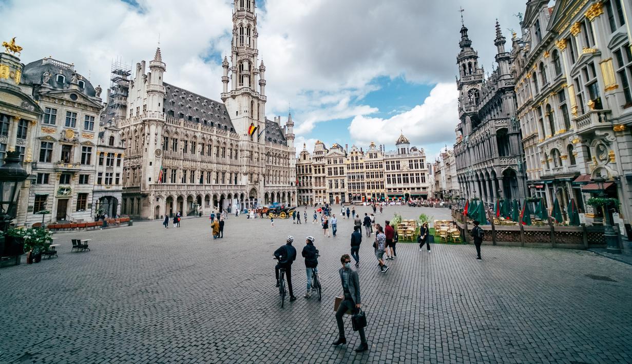 Wisatawan mengunjungi Grand Place di Brussel, Belgia, pada 28 Juni 2020. (Xinhua/Zhang Cheng)
