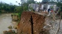Tebing Longsor, Puluhan Rumah di Bogor Terancam Hanyut. (Liputan6.com/ Achmand Sudarno)