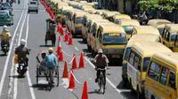 Ratusan angkutan kota mogok beroperasi di Jalan Gajah Mada, Jember, Jatim, Selasa (26/1). Mereka menuntut Pemkab Jember untuk merubah arus lalu lintas. (Antara)