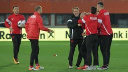 Pemain Timnas Albania menjalani sesi latihan dengan santai dan sedikit candaan antar pemain. (Bola.com/Reza Khomaini)
