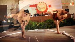 Sebelum pertandingan, pegulat Sumo menjalani ritual mengangkat kaki ke udara. Ritual ini dipercaya dapat mengusir hawa negatif. (Liputan6.com/Helmi Fithriansyah)