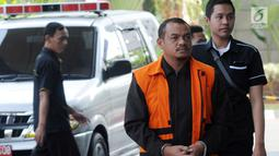 Ekspresi pengusaha Abu Bakar akan menjalani pemeriksaan penyidik di Gedung KPK, Jakarta, Senin (5/8/2019). Abu Bakar diperiksa sebagai tersangka terkait suap izin prinsip dan lokasi pemanfaatan laut, proyek reklamasi di wilayah pesisir dan pulau pulau kecil Kepri 2018-2019. (merdeka.com/Dwi Narwoko)