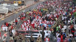 Ribuan peserta saat mengikuti jalan sehat di Car Free Day, Bundaran HI, Jakarta, Minggu (6/11). Menjelang hari pahlawan Khofifah mengajak warga agar lebih mengingat jasa para pahlawan serta mempererat persatuan bangsa. (Liputan6.com/Gempur M. Surya)