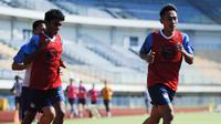 Dua pemain muda Persib Bandung, Syaiful dan Beckham Putra menjalani sesi latihan. (Bola.com/Erwin Snaz)