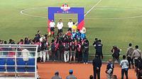 Persib Bandung mengkampanyekan Respect to Others jelang kick-of laga versus Semen Padang FC di Stadion Si Jalak Harupat, Soreang, Kabupaten Bandung, Rabu (18/9/2019) malam. (Bola.com/Erwin Snaz)