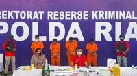 Polda Riau dalam konferensi pers pengungkapan kasus bom molotov. (Liputan6.com/M Syukur)